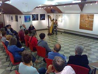 Una panoramica della serata alla mostra di Maria Luisa Grimani